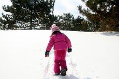 Das Gehen herauf einen Schnee deckte Hügel ab Stockfotos