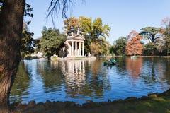 Das Gehen von Booten auf Teich im Landhaus Borghese arbeitet im Garten Lizenzfreie Stockbilder
