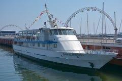 Das gehende Boot auf einem Pier in Baku-Bucht Lizenzfreies Stockfoto