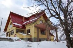 Das gelbe Haus herein zu den Bergen Lizenzfreies Stockbild