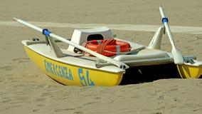 Das gelbe Rettungsboot an der Küste Lizenzfreie Stockbilder