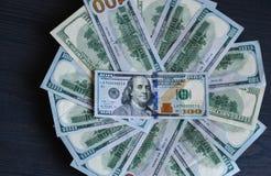 Das Geld wird in Form eines Kreises als Hintergrund dargestellt stockfotografie