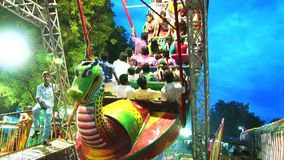 das Genießen drehen herein lokalen Freizeitpark stock footage