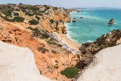 Das Genießen im wunderbaren Abschluss herauf Ansicht über Meerblick mit der Betäubung von enormen Felsenklippen mit Meeren höhlt  lizenzfreie stockfotografie