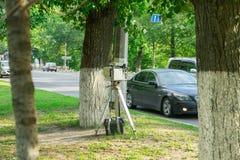 Das Gerät für das Messen der Geschwindigkeit des Autos Die Polizei versteckt hinter einem Baum lizenzfreie stockbilder
