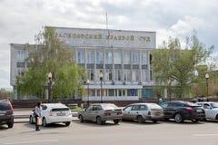 Das Gericht des Krasnojarsk-Gebiets 1973 mit einem Parkplatz vor ihm, auf Mira Avenue an einem bewölkten Tag des Frühlinges lizenzfreies stockfoto