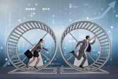 Das Geschäftskonzept mit den Paaren, die auf Hamster laufen, drehen sich lizenzfreies stockbild