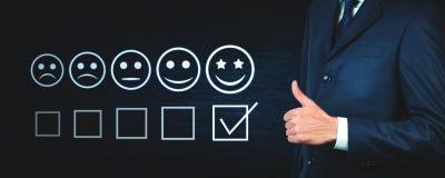 Das Geschäftsmanndarstellen Daumen up Zeichen Kundenerfahrung concep lizenzfreie stockfotografie