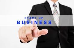Das Geschäftsmanndrücken laufen GESCHÄFTS-Knopf auf Bildschirmanzeige, Konzept des Anfangsneuen Geschäfts an oder schicken das De Stockbilder