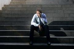 Das Geschäftsmannschreien verlor in der Krise, die auf Straßenbetontreppe sitzt Stockbild