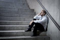 Das Geschäftsmannschreien verlor in der Krise, die auf Straßenbetontreppe sitzt Lizenzfreie Stockfotos