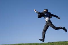Das Geschäftsmannspringen Stockfoto