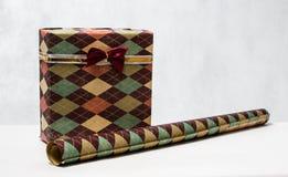 Das Geschenk der Männer in der schönen Verpackung und im Packpapier Stockbilder