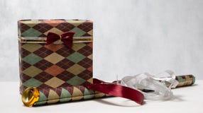 Das Geschenk der Männer in einem schönen Paket Lizenzfreies Stockfoto