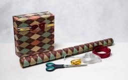 Das Geschenk der Männer im Paket mit einem Bogen Stockfotografie