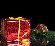 Das Geschenk des neuen Jahres in der roten Verpackung und in der Grünen Grenze Lizenzfreie Stockbilder