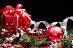 Das Geschenk des neuen Jahres in einem roten Kasten auf schwarzem Hintergrund Stockfoto