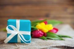 Das Geschenk von Tulpen Konzeptionsfeiertag am 8. März Geburtstag, Mothe lizenzfreies stockbild