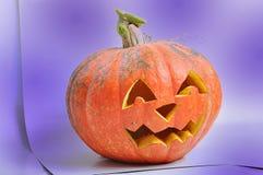 Das geschnitzte Gesicht des Kürbises auf Halloween Stockfotos