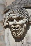 Das geschnitzte Gesicht eines Mannes verziert einen Brunnen (Frankreich) Lizenzfreies Stockbild