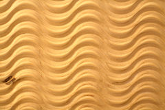 Das geschnitzte Muster bewegt auf hölzernen Sperrholzhintergrund wellenartig Stockbild