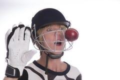 Das Gesicht der Frau im Sturzhelm, der durch Kricketball geschlagen wird Lizenzfreies Stockbild