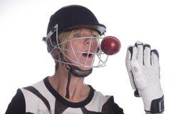Das Gesicht der Frau im Sturzhelm, der durch Kricketball geschlagen wird Lizenzfreie Stockbilder