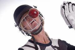 Das Gesicht der Frau im Sturzhelm, der durch Kricketball geschlagen wird lizenzfreie stockfotos