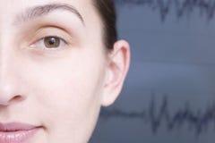 Das Gesicht der geernteten Frau und unscharfes Schallwelle-Diagramm Lizenzfreies Stockfoto