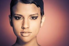 Das Gesicht der jungen Frau mit dem kurzen Haar Stockbilder