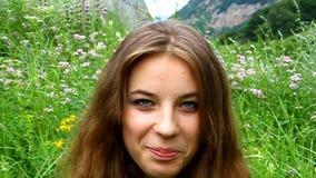 Das Gesicht der jungen glücklichen Mädchennahaufnahme stock video