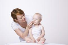 Das Gesicht des Frauen-Reinigungs-Babys lizenzfreie stockfotos