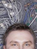 Das Gesicht des Geschäftsmannes, das sich auf Computer hinlegt, verkabelt oben schauen, halb lizenzfreie stockbilder