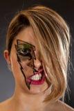 Das Gesicht des Mädchens im Blitz-Make-up umfasst durch Haar-Lippenknäuel Stockfotos