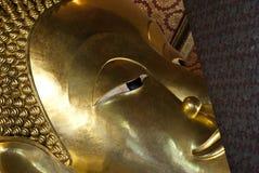 Das Gesicht des stützenden Buddhas vom Tempel von stützendem Buddha, Bangkok, Thailand Stockfotografie