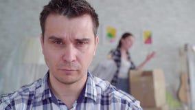 Das Gesicht des unglücklichen Mannes während der Scheidung, im Hintergrund des Kastens zum sich zu bewegen stock video