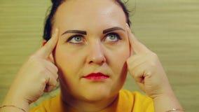 Das Gesicht einer Frau drückt die Gefühle der Rücksichtnahme der Konzentration aus stock video footage