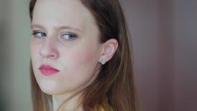 Das Gesicht eines frustrierten beleidigten jungen Mädchens stock footage