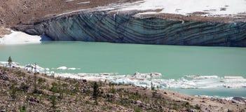 Das Gesicht eines Gletschers, der Streifenbildungen zeigt Stockfotografie