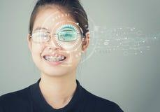 Das Gesicht von Frau ` s Gesicht und ein Schirmscan der Iris, zum der Sicherheit freizusetzen Stockfotografie