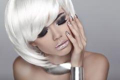 Das Gesichts-Nahaufnahme des schönen Mädchens Schöne Augen-Retro Art-Make-up Blondes Mädchen der Art und Weise Schönheit Portrai Lizenzfreies Stockfoto