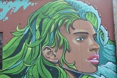 Das Gesichts-Wandgemälde der Frau auf Wand in im Stadtzentrum gelegenem Corvallis, Oregon lizenzfreie stockfotos