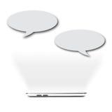 Das Gespräch durch intelligentes Telefon stockfoto