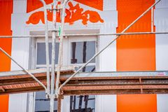 Das Gestell des Malers mit orange Haus im Hintergrund lizenzfreies stockfoto