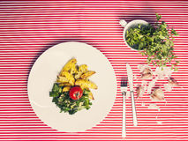 Das gesunde Lebensmittel - vegetarische Mahlzeit mit Spinat, Kartoffeln und ihm Lizenzfreie Stockfotos