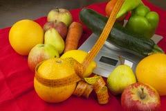 Das Gewicht des Lebensmittels, Lebensmittel beim Nähren zubereitend Gesundes selbst gemachtes Lebensmittel Obst und Gemüse stockbilder