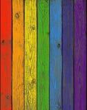 Die Bretter eines Zauns gemalt in den Farben eines Regenbogens Stockfotos