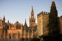 Das Giralda, Glockenturm der Kathedrale von Sevilla und wirklicher Alcazar in Sevilla, Andalusien, Spanien Stockbilder