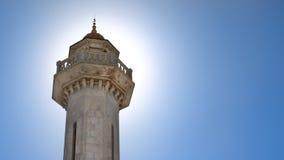 Das glänzende Minarett auf dem blauen Hintergrund Stockfoto