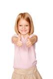 Das glückliche Darstellen des kleinen Mädchens Daumen up Zeichen Lizenzfreie Stockfotos